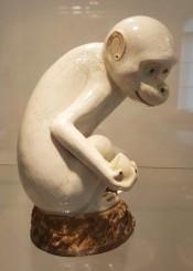 Statue de singe en biscuit émaillé blanc et brun, dans l'ancienne collection de Coco Chanel (XVIIIe siècle)