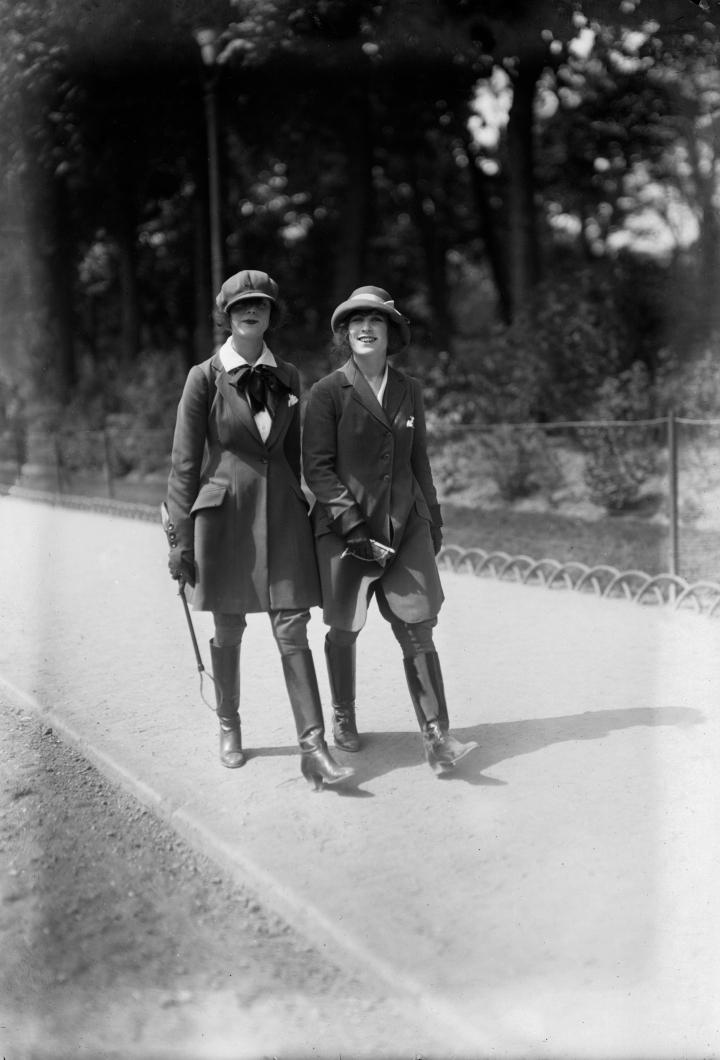 Albert Harlingue-Jeunes femmes en costumes de cheval